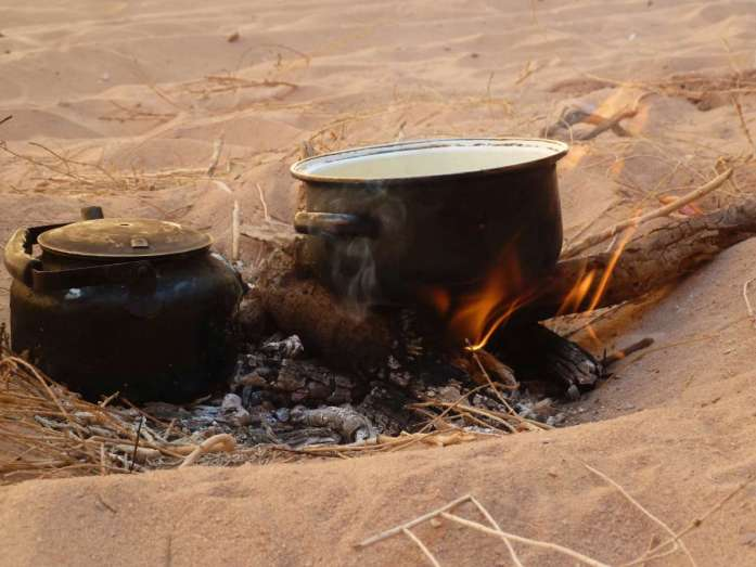 Topf und Teekessel im Lagerfeuer