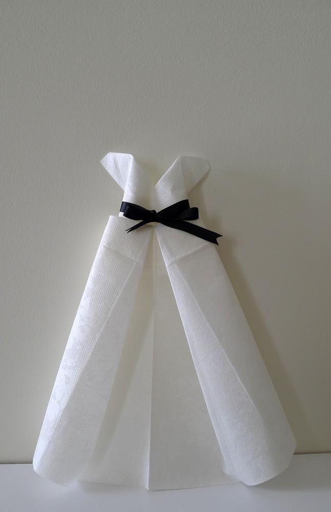 Pliage de serviette en papier en forme de robe de soire plier une serviette de table en papier