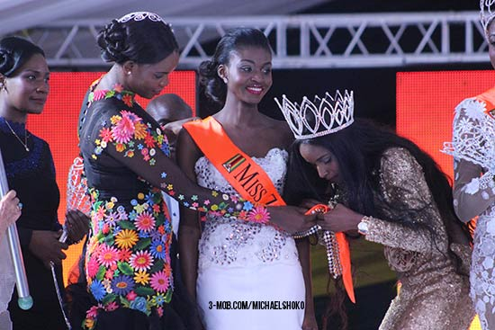 Marry Chiwenga (left), Emily Kachote (centre) and outgoing Miss Zimbabwe Tendai Hunda at the crowning