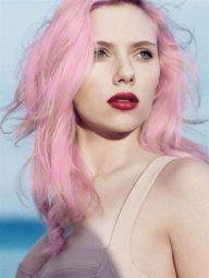 Scarlett Johansson et ses cheveux roses