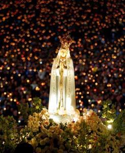 La statua della Madonna di Fatima durante una veglia di preghiera notturna
