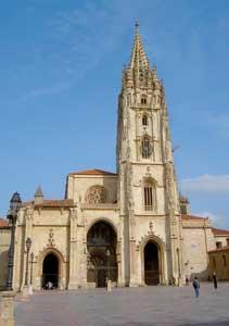 """La Cattedrale di San Salvador di Oviedo (XIV secolo), che include la """"Cámara Santa"""" entro la quale è custodita l'arca che racchiude le reliquie pervenute a Oviedo nell'VIII secolo, fra le quali il """"Sudario del sepolcro di Cristo"""""""