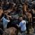 Les hommes s'agrippent aux chevaux pour les faire tomber dans le cadre du festival Rapa das Bestas. © Cesar Alvarez / Flickr
