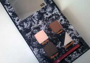 The Urban Decay Pulp Fiction Eyeshadow Palette comes with 5 different colour shadows, a mirror and a double sided brush
