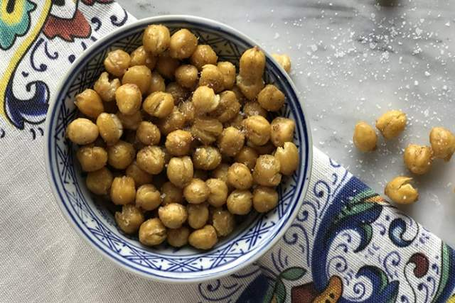 Healthy Snack: Crispy Curry Roasted Chickpeas