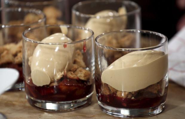 Geschmorte Zwetschgen mit HaselnussStreuseln und KaramellBierEis  Rezept mit Video