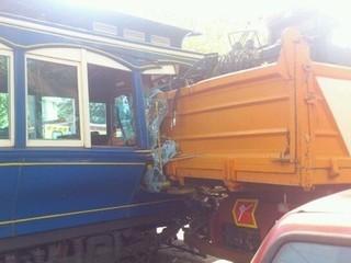 Imatge de la topada del Tramvia Blau en què es veu el camió encastat. (Foto: @GammaTeruo)