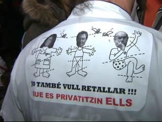 """Uns 200 professionals han """"vetllat"""" per la sanitat a la plaça de Sant Jaume."""