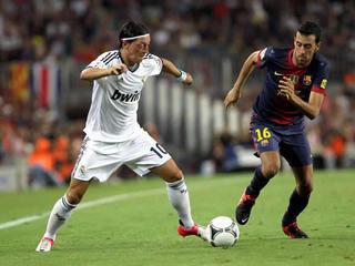Busquets i Özil, en una jugada del partit d'anada de la Supercopa