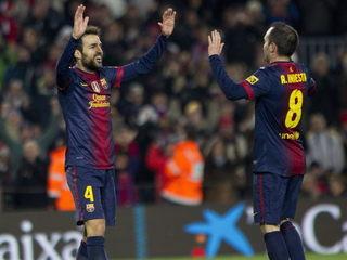 Cesc i Iniesta es feliciten després que un ha marcat a passada de l'altre (Foto: EFE)