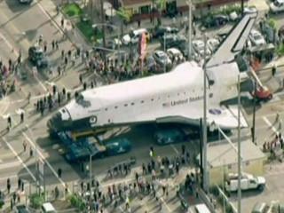 "L'""Endeavour"" circulant a poc a poc pels afores de Los Angeles."