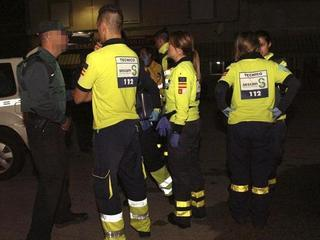 Sanitaris i membres de la Guàrdia Civil, al lloc dels fets. (Foto: EFE)