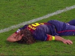 Puyol estès a terra en el moment de la lesió.