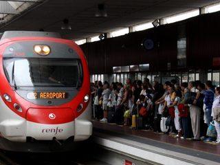 Una andana plena de gent que espera un tren de Rodalies (Foto: ACN)