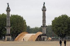Bordeaux la passerelle Evento entre les colonnes rostrales - 33-bordeaux.com