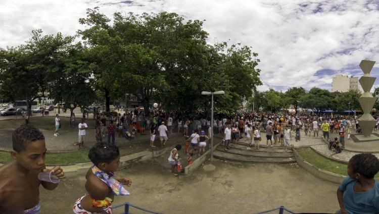 No antigo trepa-trepa da Praça da varnhagem, vendo o povo chegar