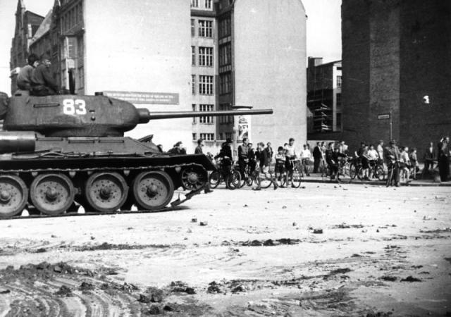 Sowjetische Panzer fahren am 17. Juni 1953 in der Schützenstraße in Berlin, Schützenstraße ein. Foto: Bundesarchiv (2)