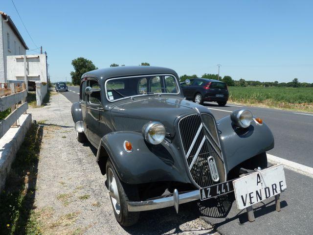 Am Wegesrand zwischen Arles und Saint-Marie-de-la-mer: Ein Citroen 11CV BN von 1955 steht zum Verkauf. © Foto: akr