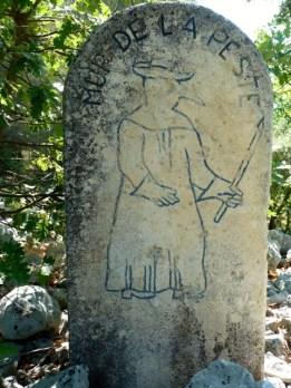 Meilenstein auf dem Weg entlang der Pestmauer. C Foto: akr