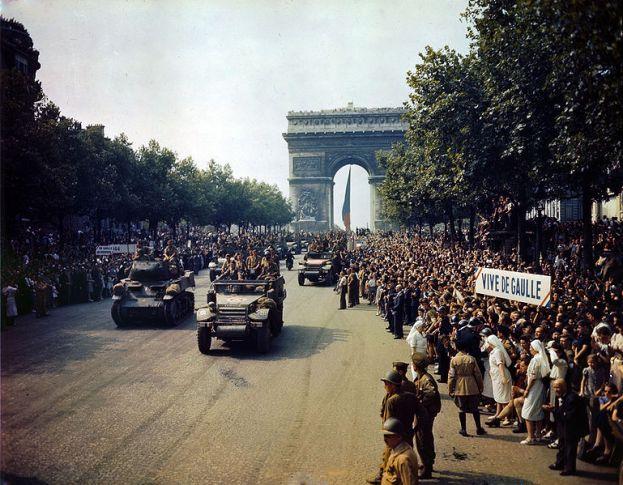 Fahrzeuge der 2. französischen Panzerdivision nach der Befreiung von Paris am 25. August 1944 auf der Champs-Élysées. Foto: United States Library of Congress/wikimedia commons