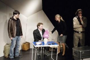 Die Revolutionäre vor dem Attentat. Von links: Stepan (Frank Musekamp), Kaliajew (Richard Hucke), Dora (Doris Lehner) und der Anführer Boris Annenkow (Andreas Kunz). ©Foto: Oliver Paul