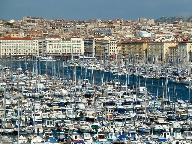 Blick auf den alten Hafen von Marseille mit seinen hunderten von Segelbooten. ©Foto: Anne-Kathrin Reif