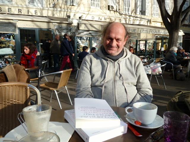 Ein Kaffee mit Lou Marin: Der Übersetzer von Camus' Combat-Texten an einem sonnigen Januarmorgen an seinem Wohnort Marseille. ©Foto: Anne-Kathrin Reif