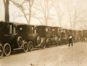 A Knightsbridge motor taxi rank in 1907 with vehicles believed to be of Renault and/or Unic manufacture.