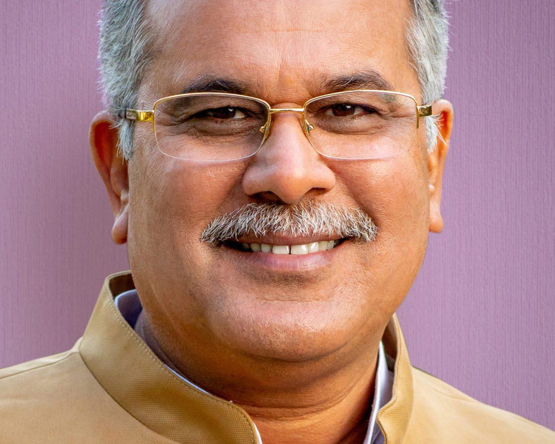रायपुर : प्रतिष्ठित कम्पनियों की तुलना में हम अपने किसानों को उपलब्ध करा रहे हैं छह से दस गुना सस्ती जैविक खाद : मुख्यमंत्री श्री भूपेश बघेल
