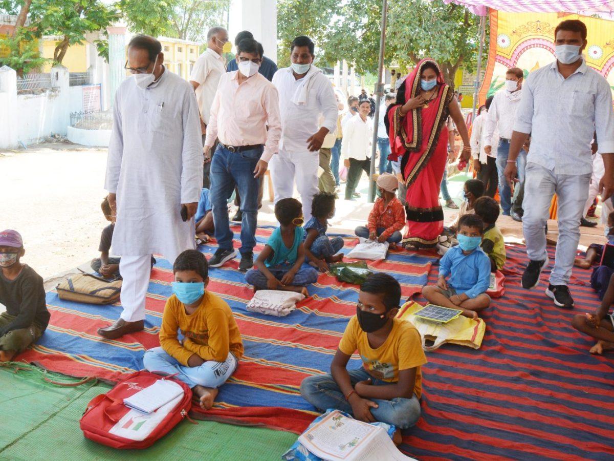 रायपुर :  छत्तीसगढ़ के आंगनबाड़ी केन्द्रों में जोर-शोर से मनाया जा रहा वजन त्यौहार :  स्कूल शिक्षा मंत्री डॉ. टेकाम ने ग्राम झांकी में आंगनबाड़ी केन्द्र और मोहल्ला क्लास का किया निरीक्षण