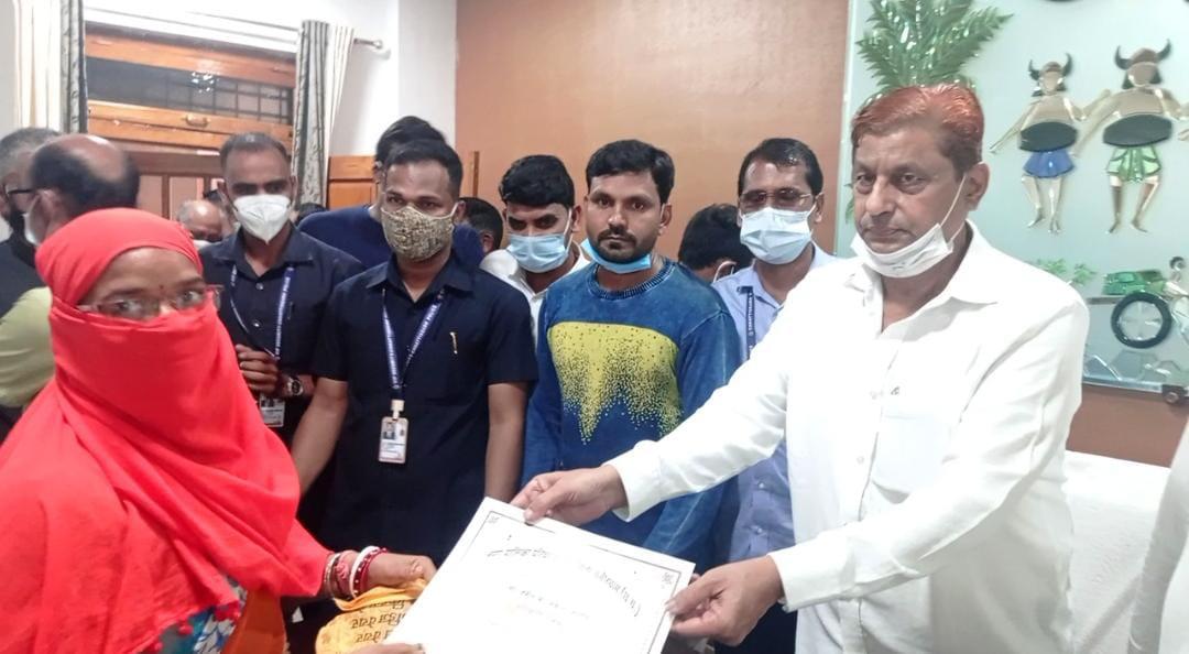 वन मंत्री श्री मोहम्मद अकबर ने मोर जमीन मोर मकान योजना के तहत 33 हितग्राहियों को किया स्वीकृति पत्र का वितरण
