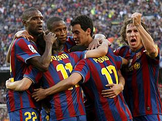 Els jugadors del Barça celebren que són campions de lliga