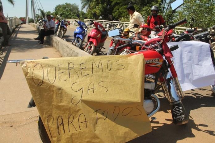 Falta de gás de cozinha e gasolina leva a mais um protesto onde fecharam as pontes na fronteira com o Acre – Foto: Alexandre Lima