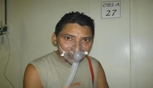 Raimundo Pinho faz nebulização para combater a falta de ar e o cansaço (Foto: Álefe Souza)