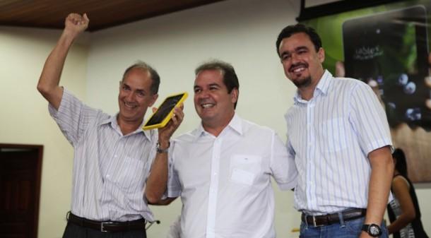 Tião Viana entrega tablets para educadores da rede pública estadual (Foto: Sérgio Vale/Secom)