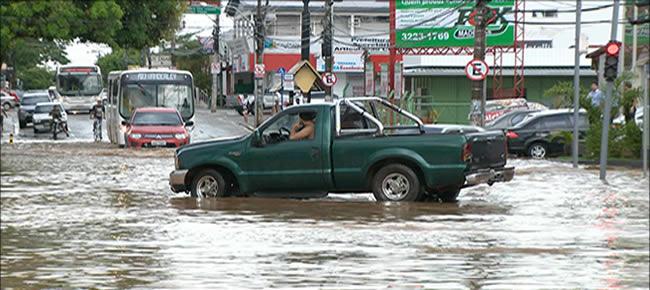 Comerciantes resolveram colocar seus veículos como barreira para impedir que os demais condutores atravessassem (Foto: reprodução/TV Gazeta)