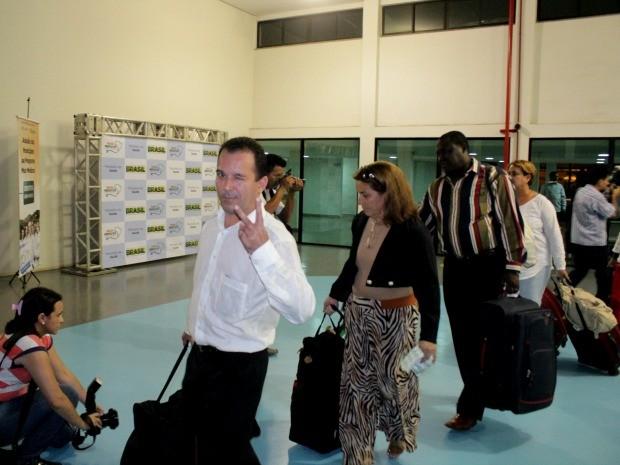 Médicos estrangeiros e brasileiros formados no exterior desembarcaram neste domingo (15), em Manaus (Foto: Marcos Dantas/G1 AM)