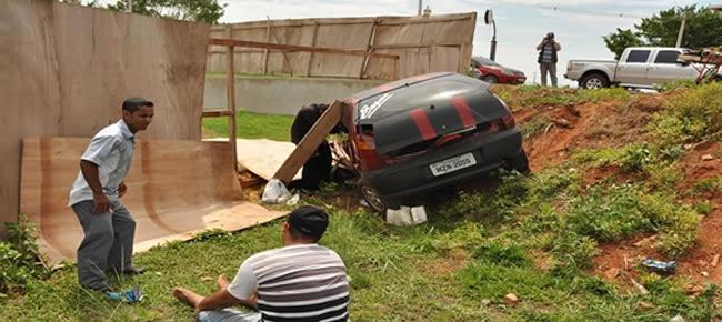 Acidente entre caminhão e carro causa danos materiais.