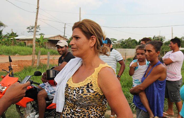 """Eva reforçou ainda que a prefeitura precisa urgente dar uma resposta para as pessoas. """"Aqui todo mundo mora de aluguel e a gente precisa de uma casa para morar"""