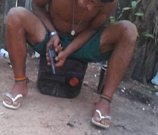 Suposto traficantes limpa arma calibre 38 na frente de outras pessoas