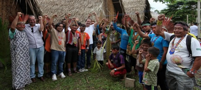 Governador e secretário de Turismo celebraram com o povo Huni Kui a entrega dos equipamentos de turismo para a aldeia. (Foto: Sérgio Vale)