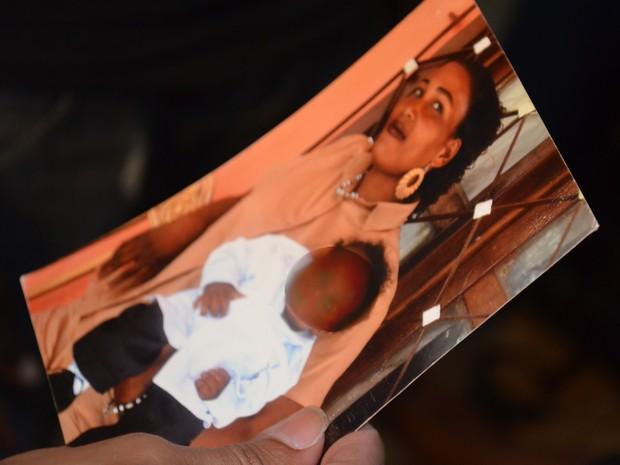 Jovem de 14 anos, que está em abrigi de Brasiléia, mostra a foto da mãe (Foto: Veriana Ribeiro/G1)