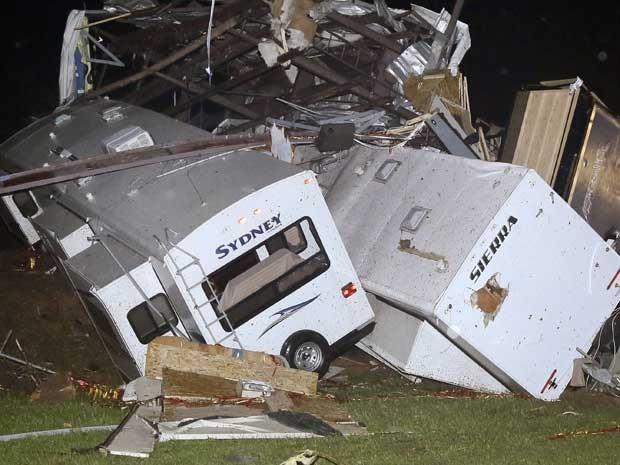 Força do vento virou trailers e motor homes, que ficaram empilhados na cidade de Mayflower, no Arkansas. (Foto: Danny Johnston / AP Photo)