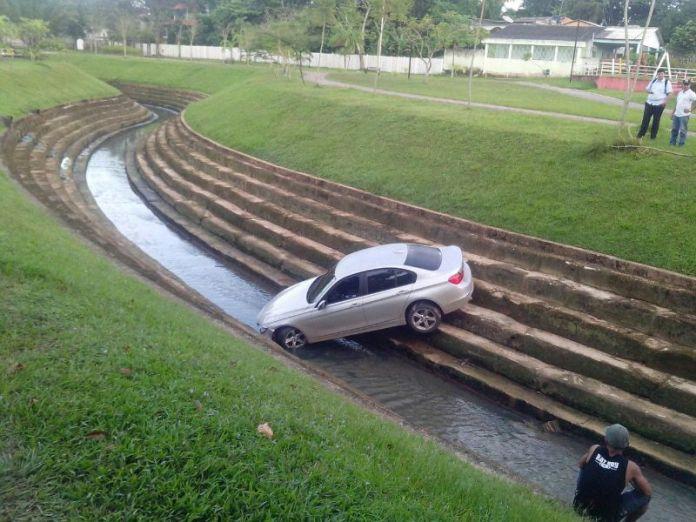 BMW caiu no Canal da Maternidade n madrugada deste domingo/Foto: Whatsapp