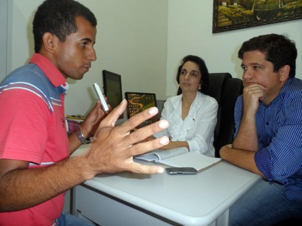 Repórter Fernando Oliveira ( esquerda) em entrevista aos promotores de Justiça de Brasiléia Dr. Ildon (direita) e Dra. Diana Soraia (centro)