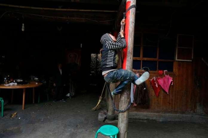 Ele fugia de casa e subia nos telhados das casas vizinhas, quebrando janelas e provocando danos às construções Foto: Reuters