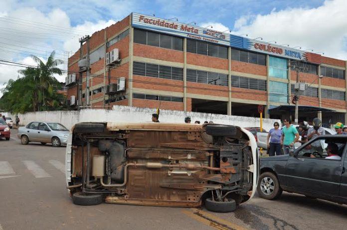 Carro capotou apés colidir contra outro veículo/Foto: Selmo Melo/ContilNet Notícias