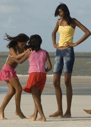 elisany-silva-brinca-com-irmas-e-um-amigo-na-praia-de-ajuruteua-em-braganca-pa-em-2010-1399507408168_300x420