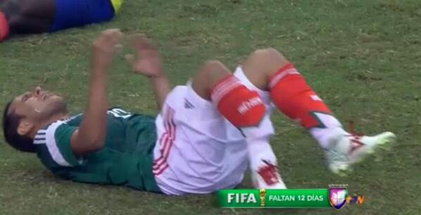 Foto: AP   O choque de Montes com Castillo que tirou o mexicano da Copa