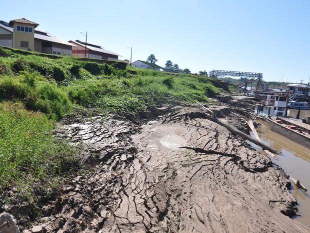 Desbarrancamento pode atingir prédios da administração do porto e da Suframa (Foto: Vanísia Nery/G1)